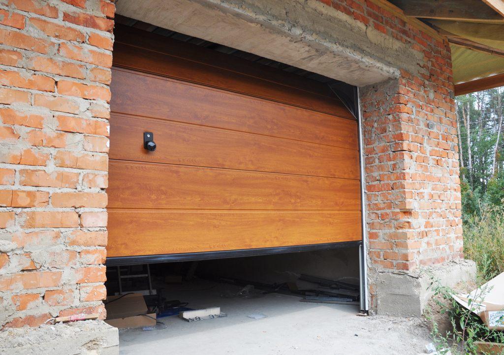 Półprzymknięta brama garażowa
