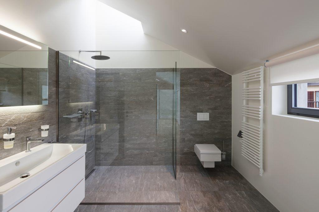 Nowoczesna łazienka z brodzikiem bezpłytkowym