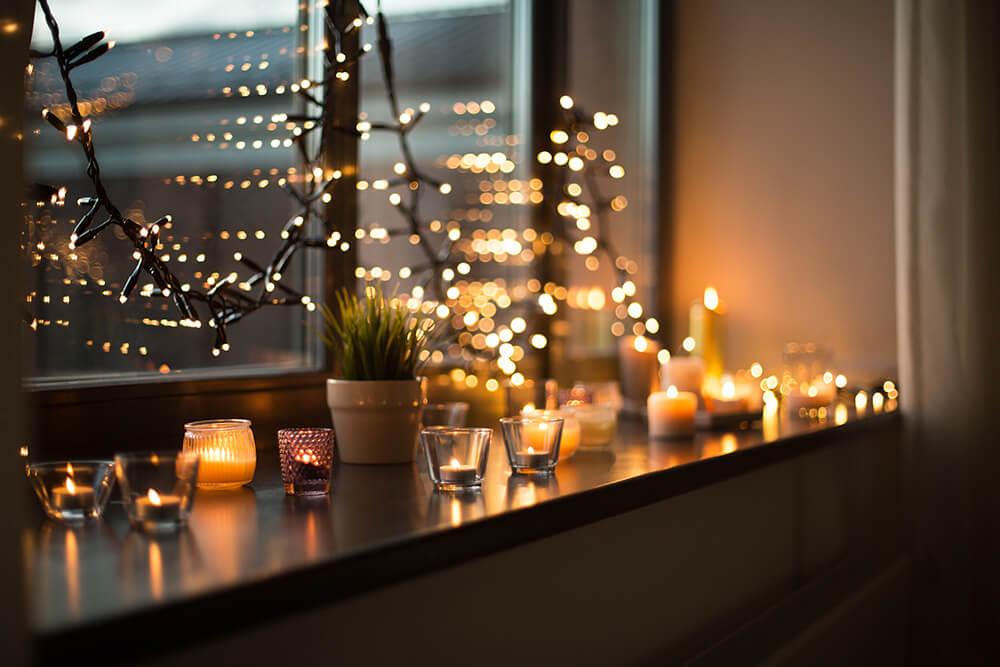 Nastrojowe oświetlenie i dekoracja okna lampkami led.