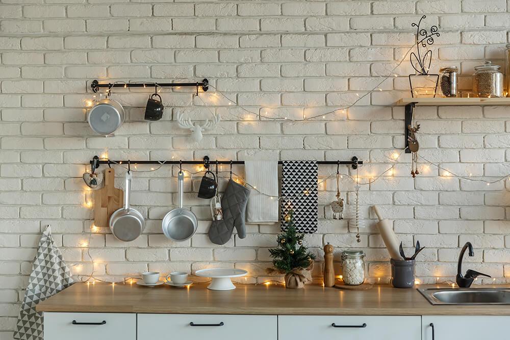 Również w kuchni delikatne lampki led świetnie sprawdzą się w roli dekoracji wnętrza.