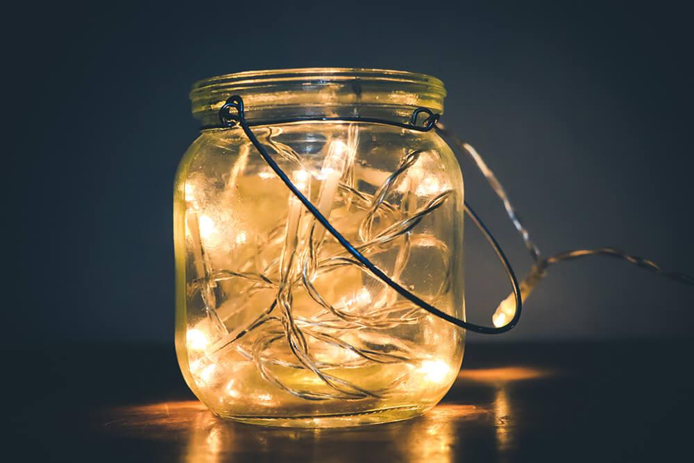 Również słoik idealnie nadaje się do umieszczenia w nim lampek led, a co za tym idzie jest dekoracją.
