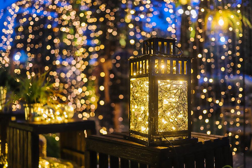 Wiszące girlandy z lampek led, wraz z umieszczeniem oświetlenia w starych lampach.