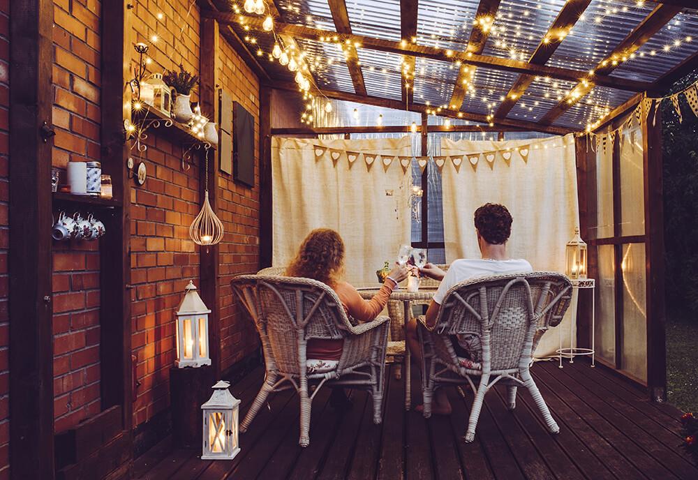 Zadaszenie tarasu oświetlone delikatnymi lampkami led, tworzy wspaniały klimat poszerzenia salonu.