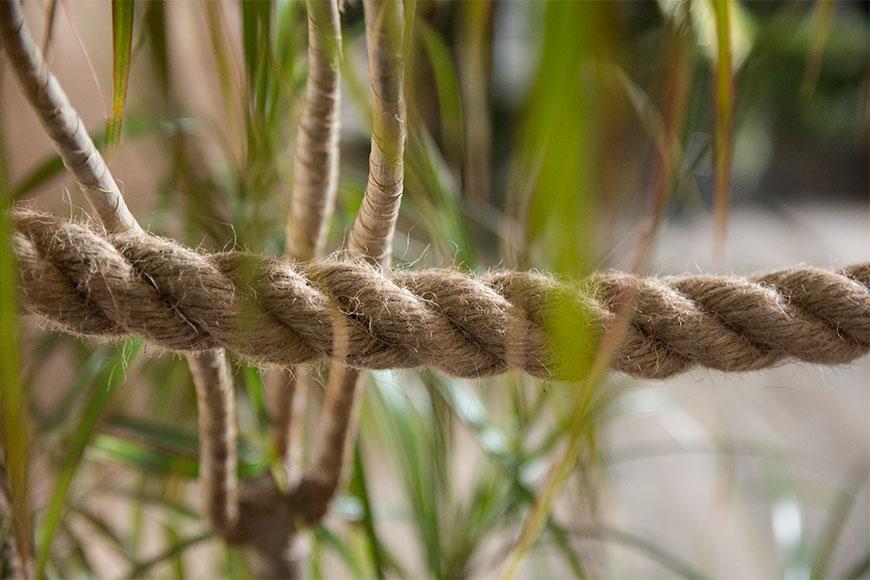Poręcz wykonana z liny jutowej.