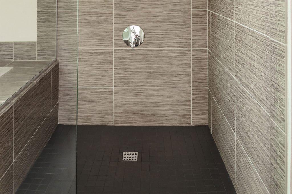 Prysznic z odpływem centralnym