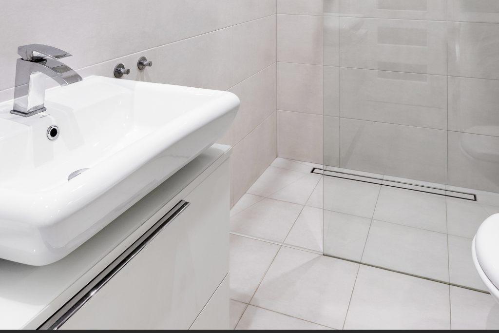 Prysznic z progiem akrylowym