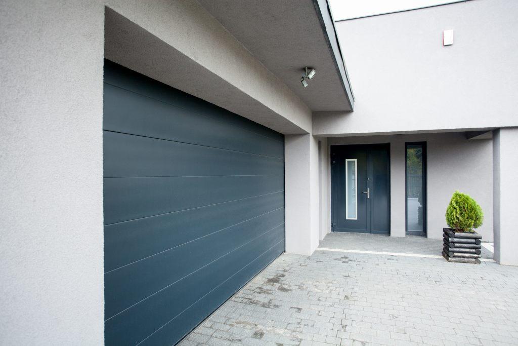 Szczelnie zamknięte drzwi garażowe