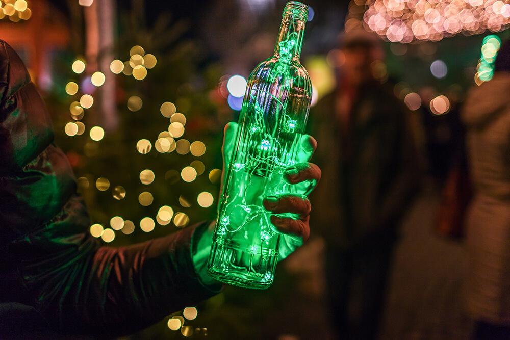 Butelka wypełniona lampkami led to dekoracja sama w sobie.
