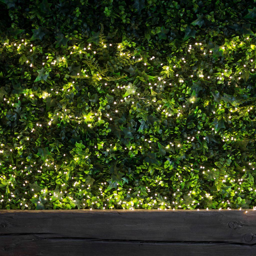 Ogrodowa zieleń komponuje się przepięknie z małymi lampkami led.