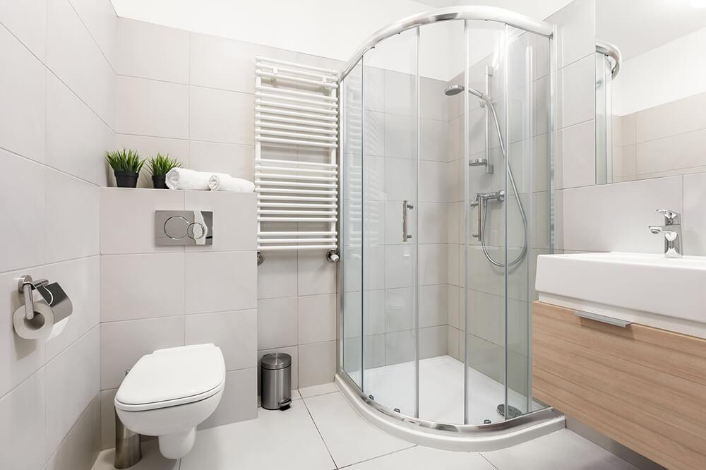 Łazienka z półokrągłą kabiną prysznicową.
