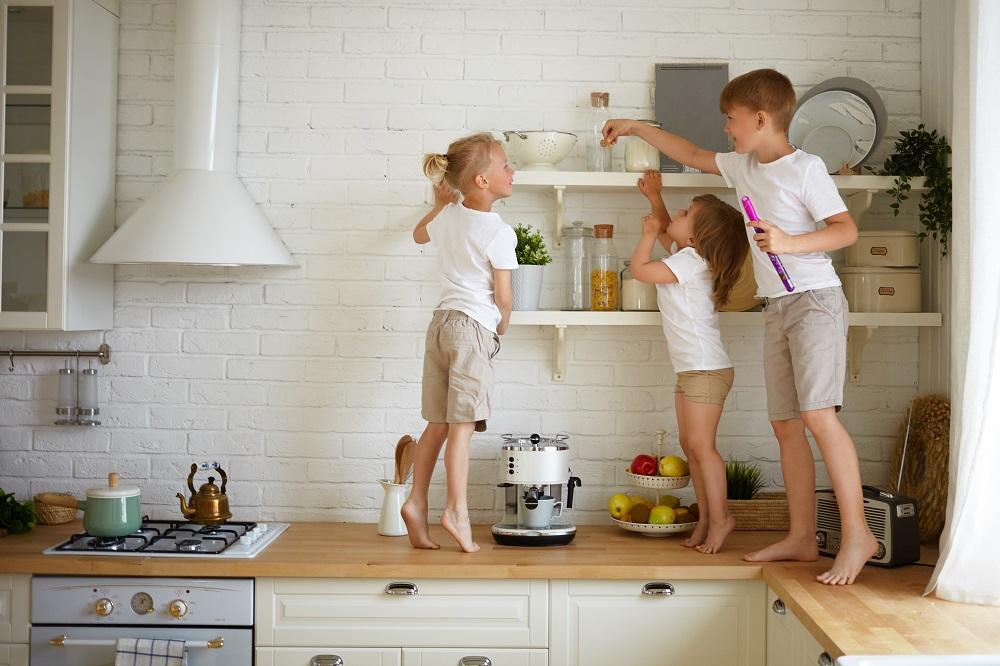 Dzieci na blacie kuchennym