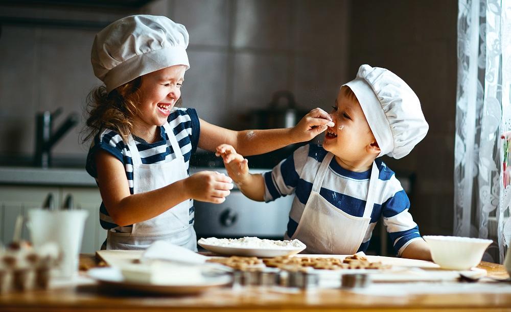 Dzieci bawią się w kuchni