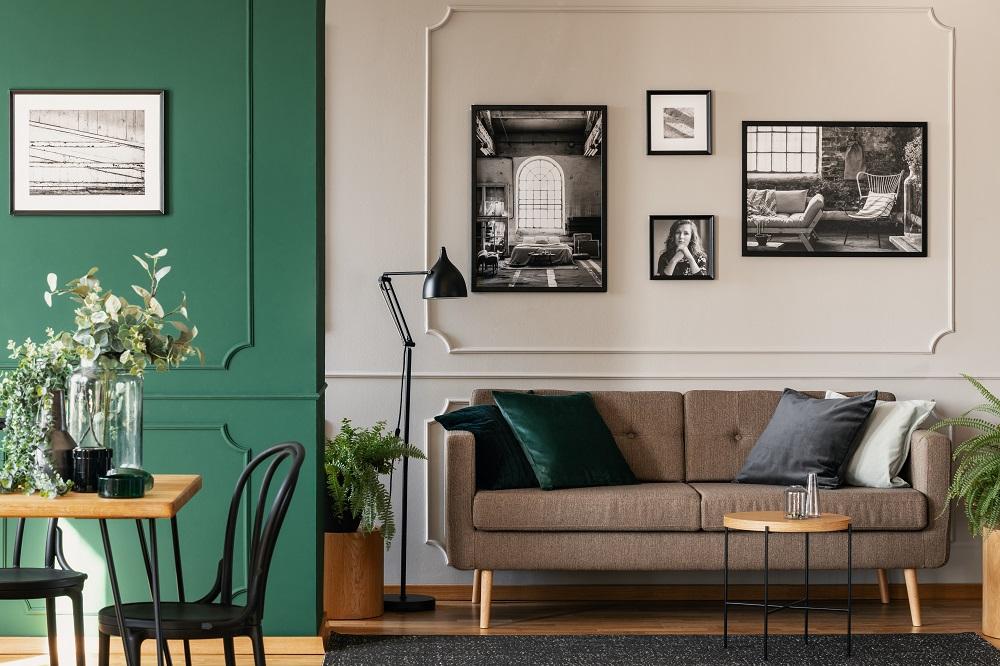 Czarno-białe zdjęcia w salonie
