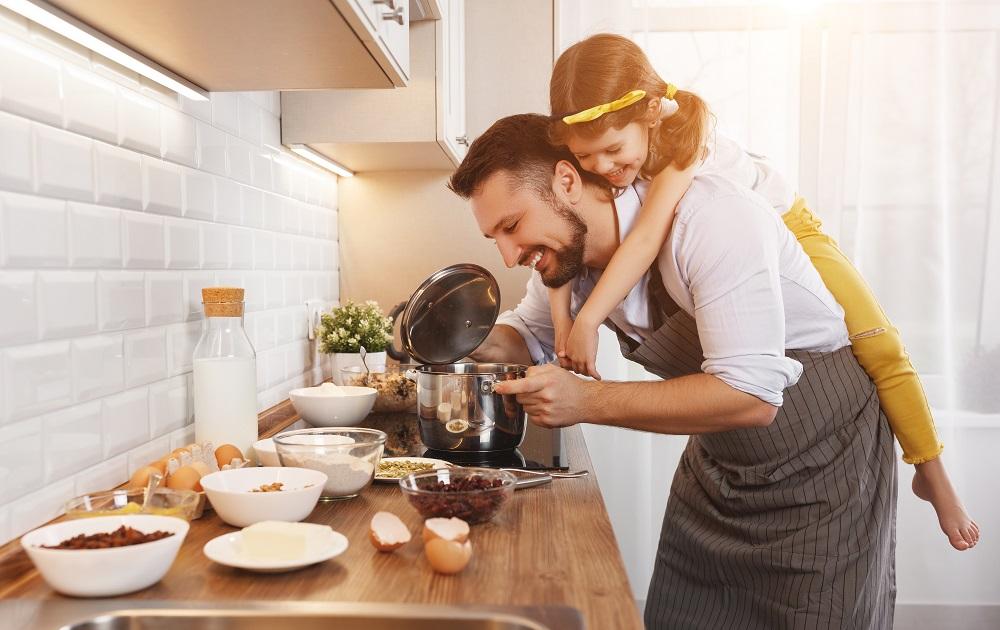 Ojciec i córka przy pieczeniu w kuchni