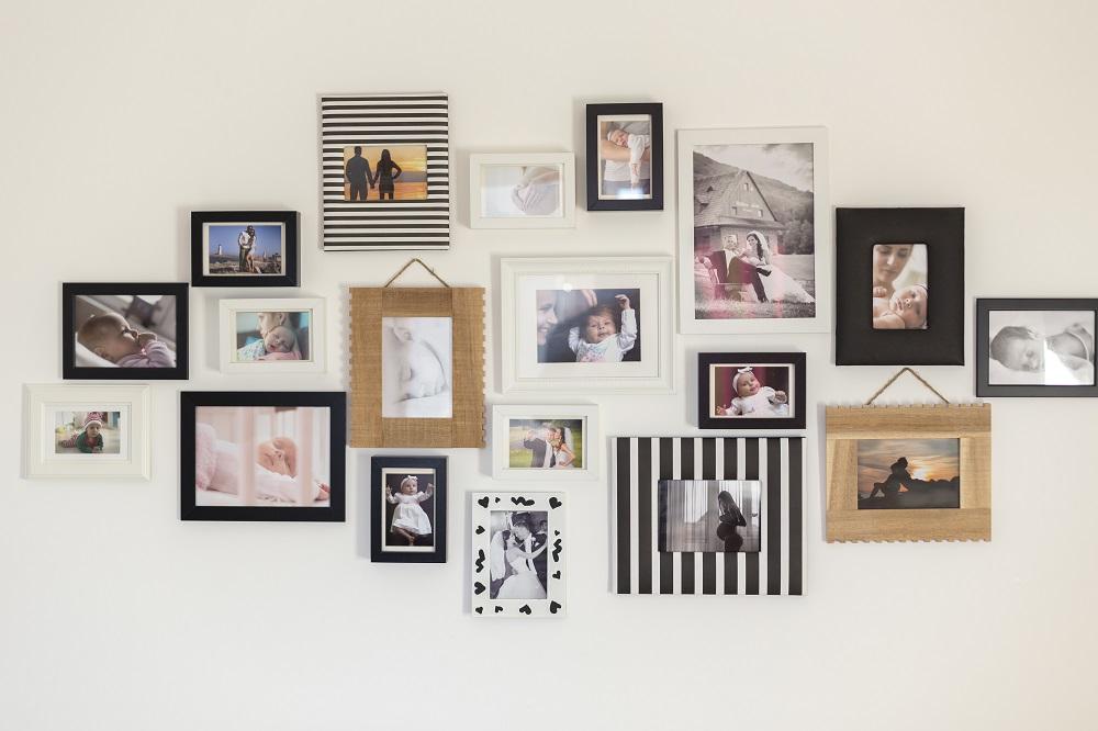 Kolorowe ramki na zdjęcia na ścianie