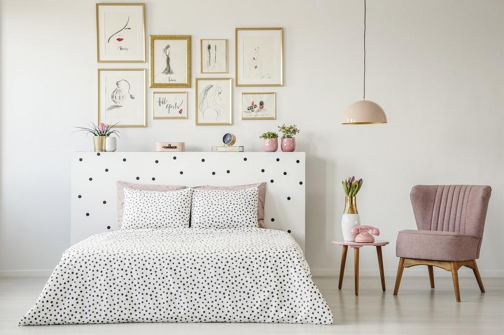 Fotogaleria nad łóżkiem w sypialni