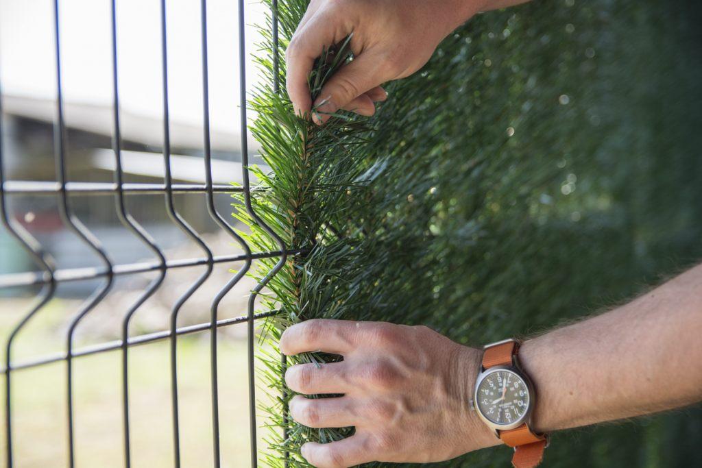 Montaż sztucznego żywopłotu na ogrodzeniu