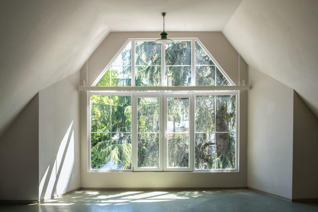 okno-wykuszowe-pokój-słońce