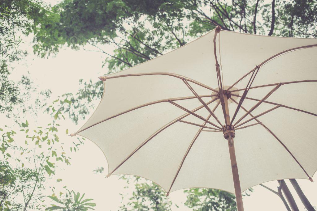 bambusowy-parasol-ogrodowy