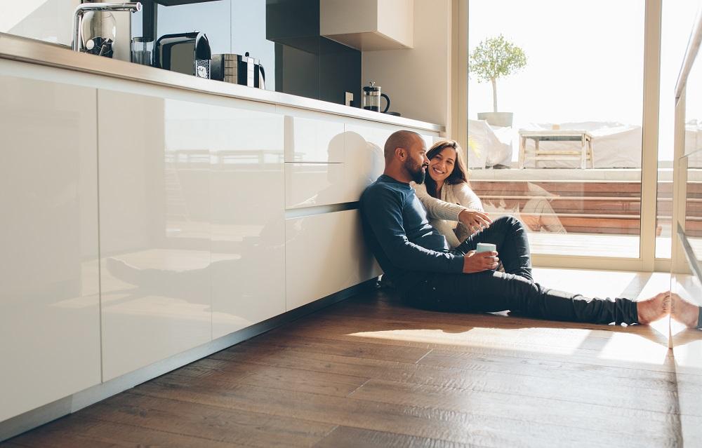 Para siedzi na podłodze w kuchnii