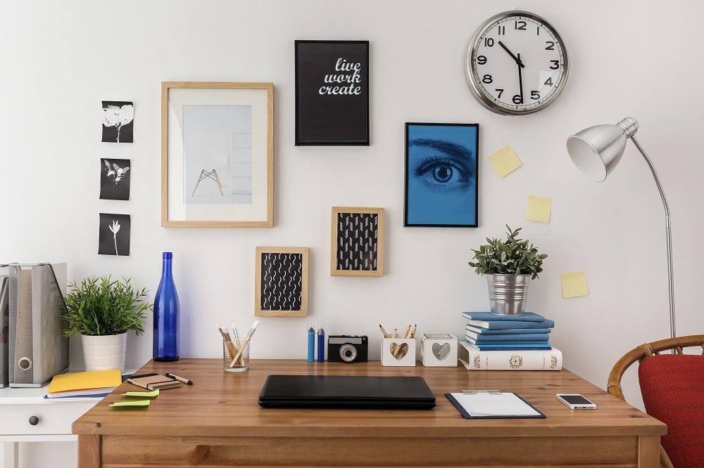 Różne ramki na zdjęcia nad biurkiem