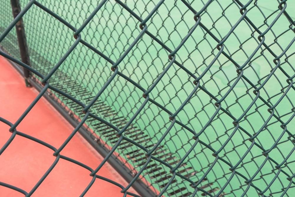 Siatka maskująca na boisku do koszykówki.