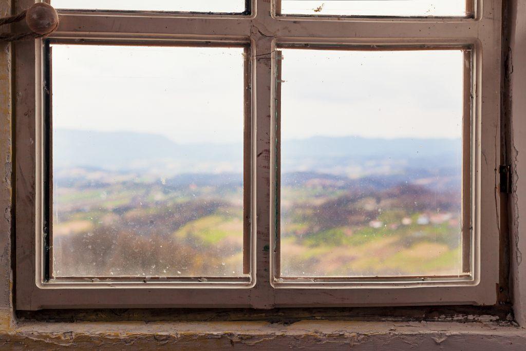 okno-stare-drewniane-widok-nieszczelność-uszczelka-izolacja