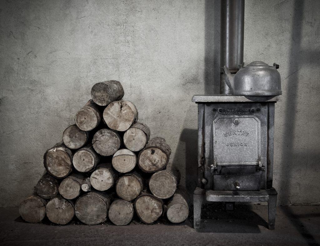 stary-piec-koza-drewno-czajnik-gotowanie-palenie