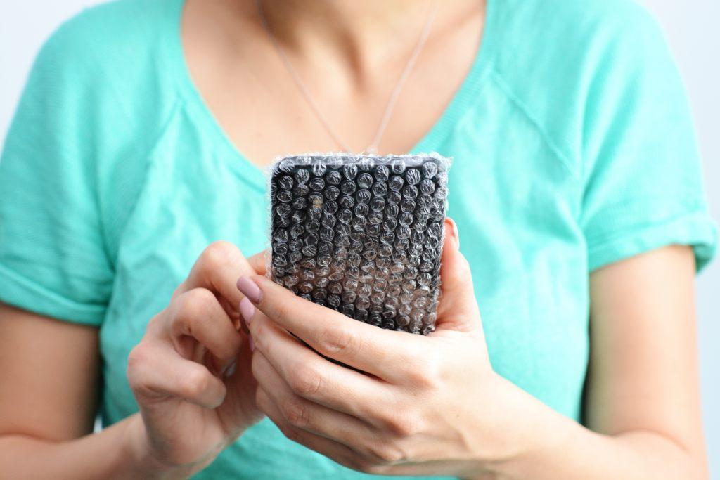 telefon-ręce-folia-bąbelkowa-case