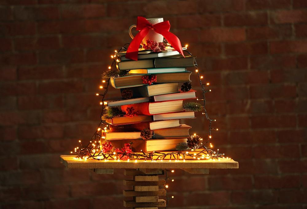 Książki ułożone w kształt choinki