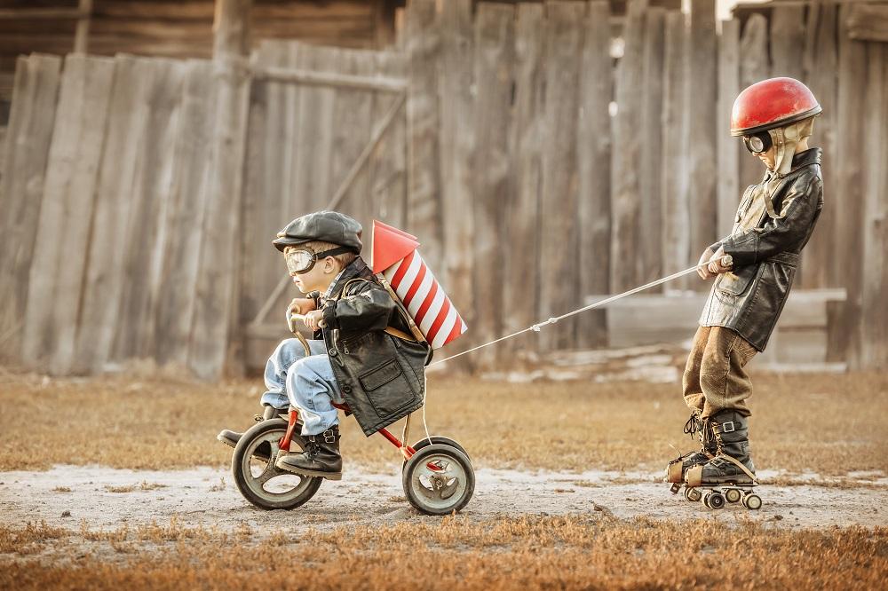 Dzieci bawiące się w błocie