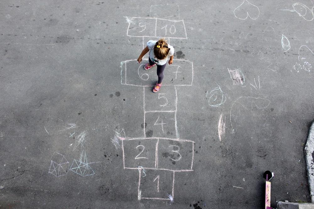 Dziewczynka gra w klasy