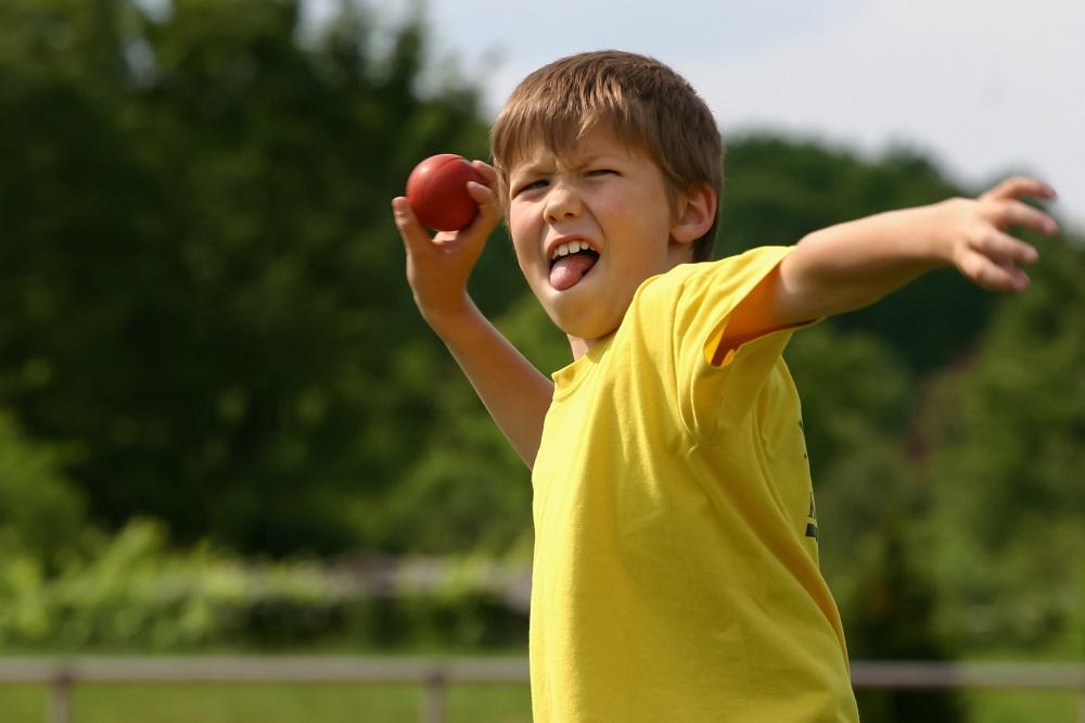 Chłopiec rzuca piłką