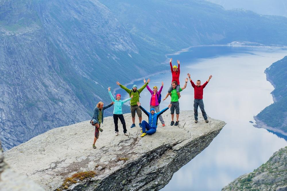 Grupa przyjaciół na klifie