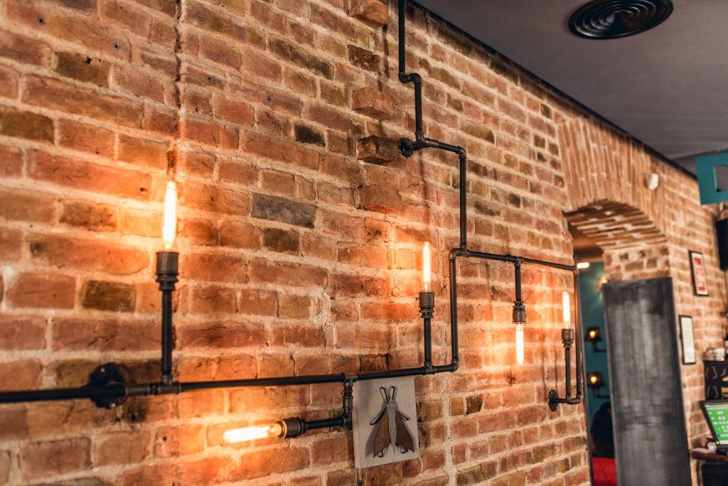industrialne-wnętrze-cegły-ściana-lampy