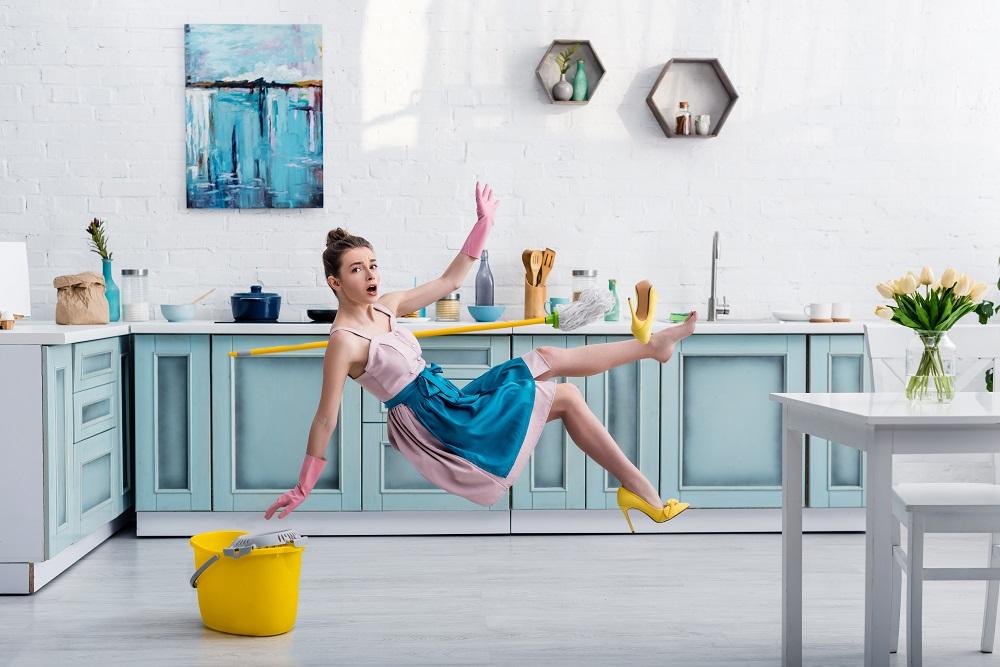 Kobieta w kuchni sprząta