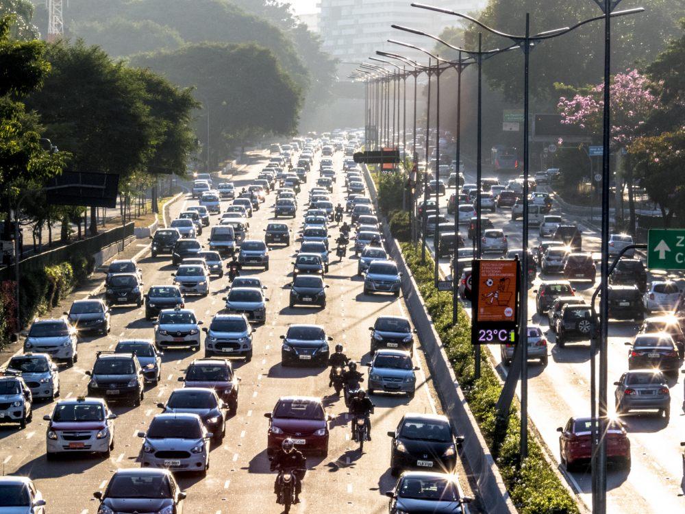 korek-samochody-ulica-miasto