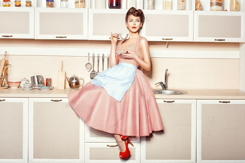 Kobieta siedzi na meblach w kuchni