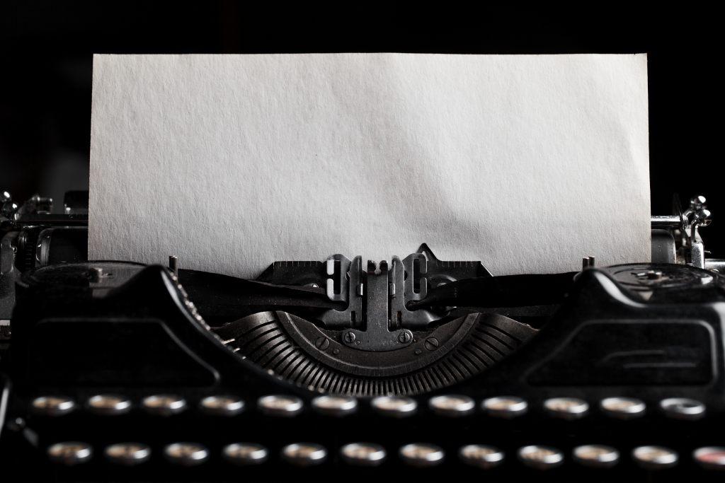 maszyna-do-pisania-kartka-papieru