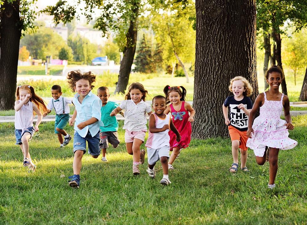 Dzieci biegnące w ogrodzie