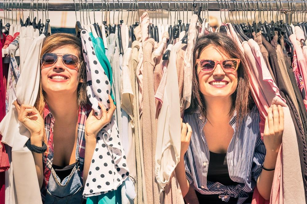 Dwie kobiety między ubraniami