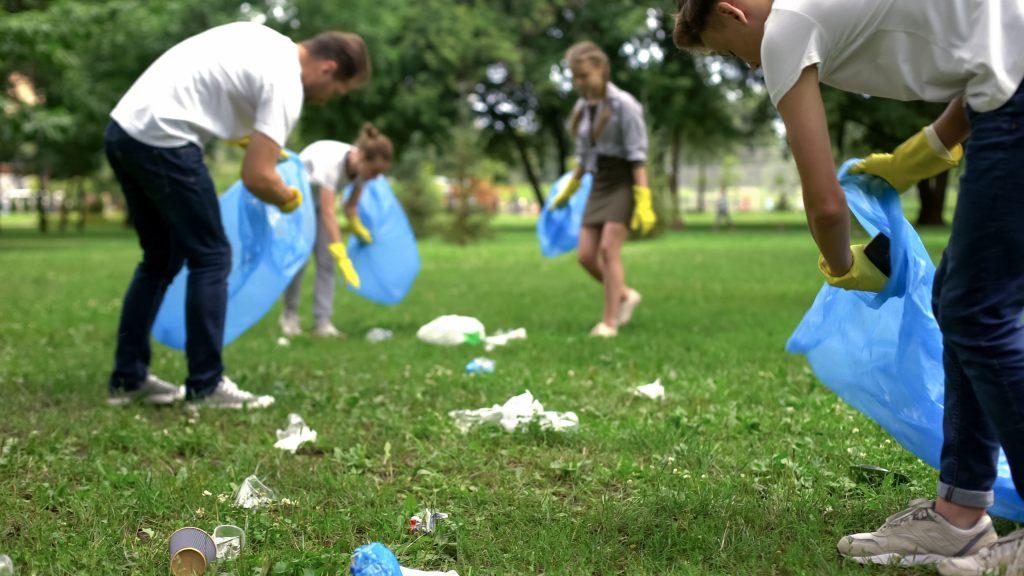 zbieranie-śmieci-trawnik-ludzie