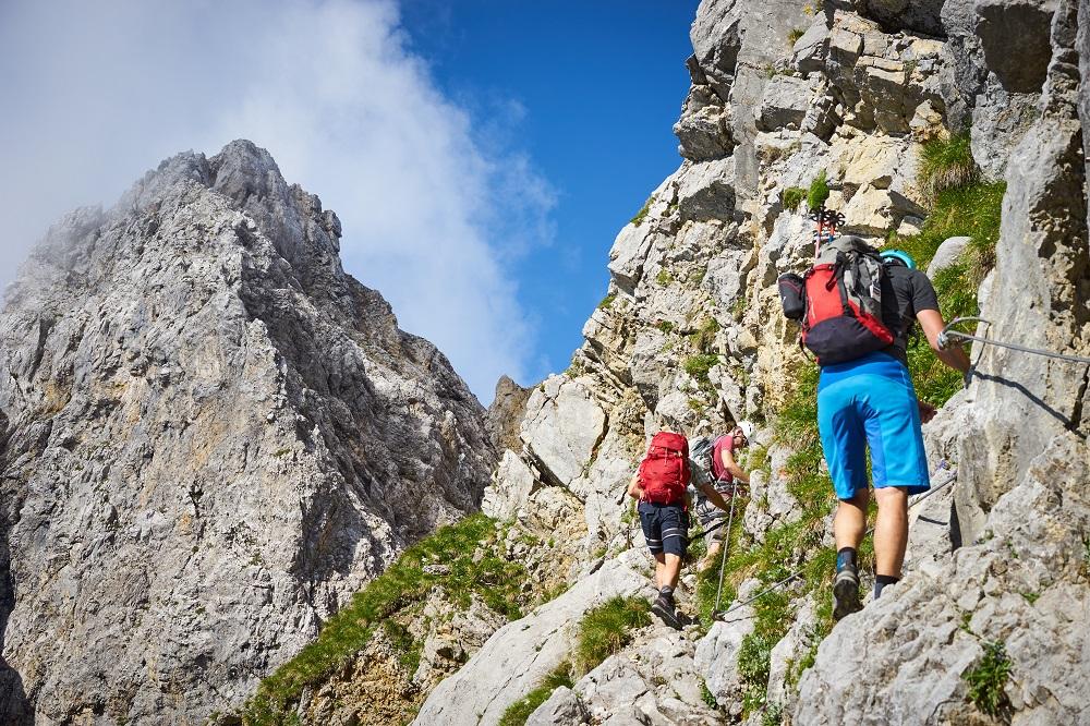 Turyści chodzą po górach