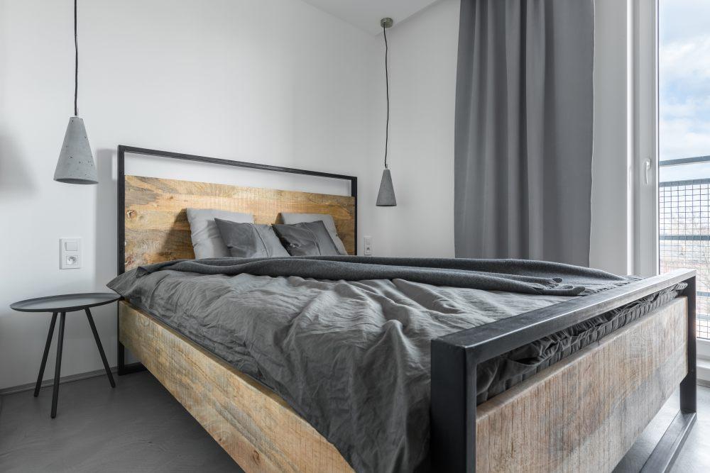 łóżko-drewno-metal