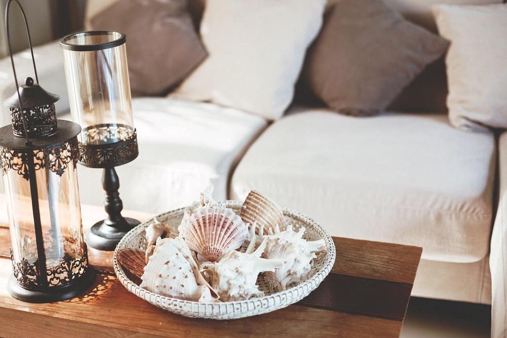 Dekoracyjne muszle na stole