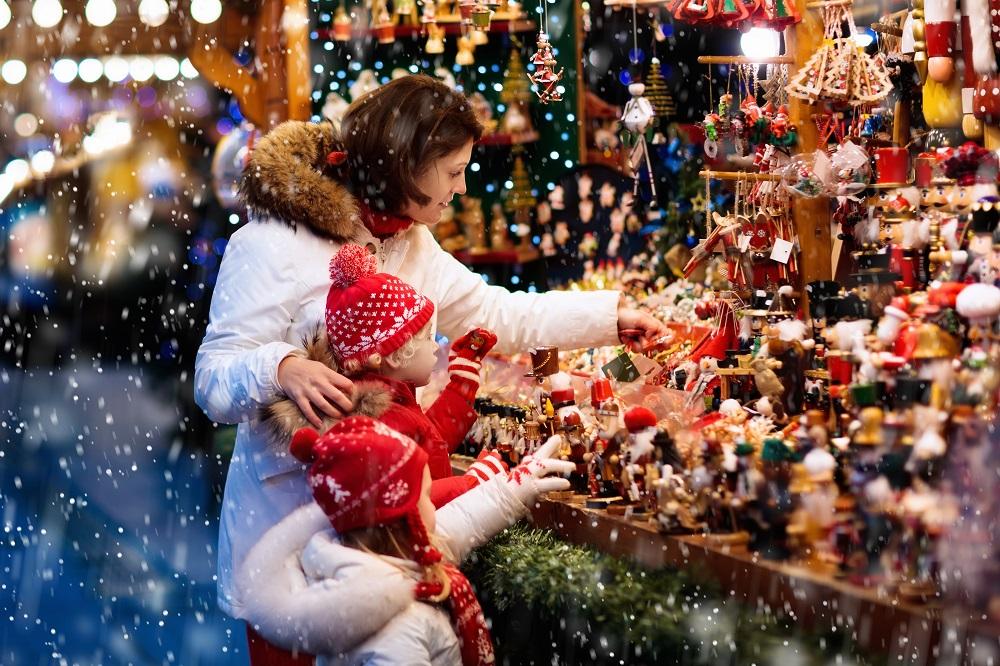 Rodzina przy jarmarku na Boże Narodzenie
