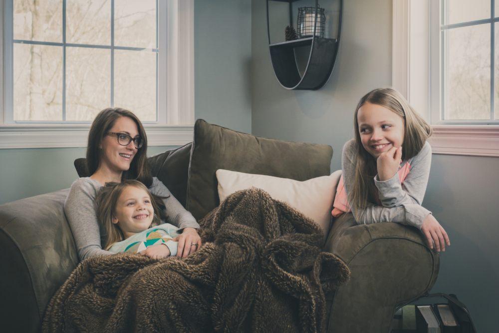 ogladanie-swiatecznych-filmow-z-cala-rodzina-to-swietny-pomysl-na-spedzanie-bozego-narodzenia