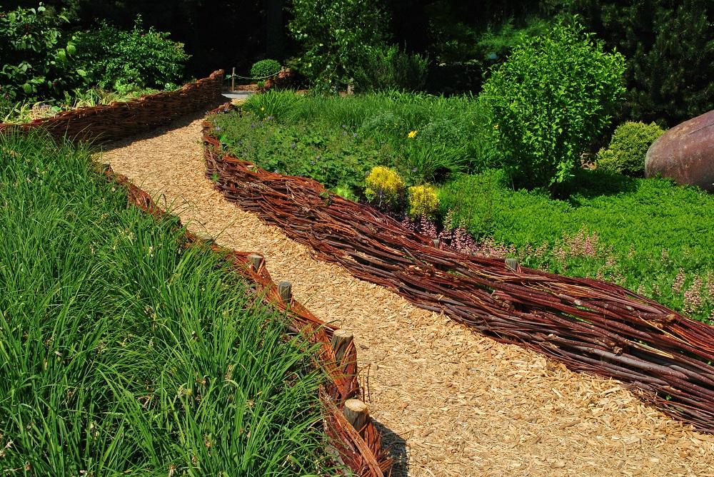 Ścieżka ogrodowa ogrodzona płotkiem wiklinowym