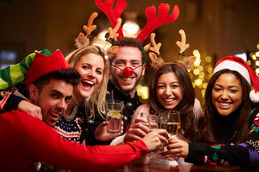 Przyjaciele w świątecznych przebraniach