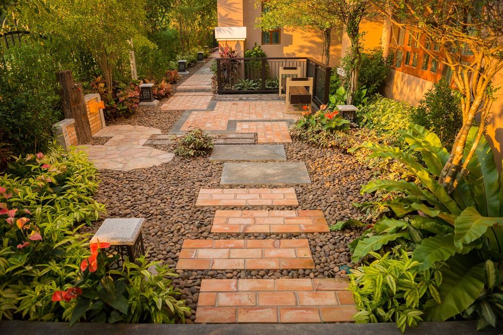 Ścieżka w ogrodzie z cegieł